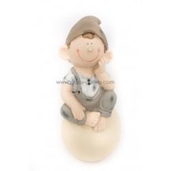 طفل على حجر