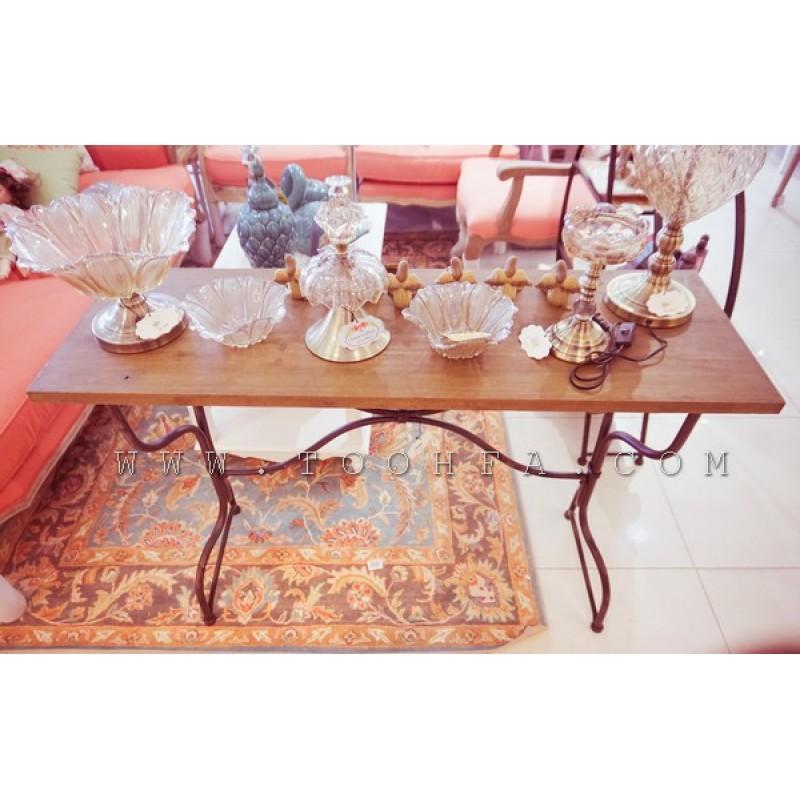 طاولة معدنية بسطح خشبي