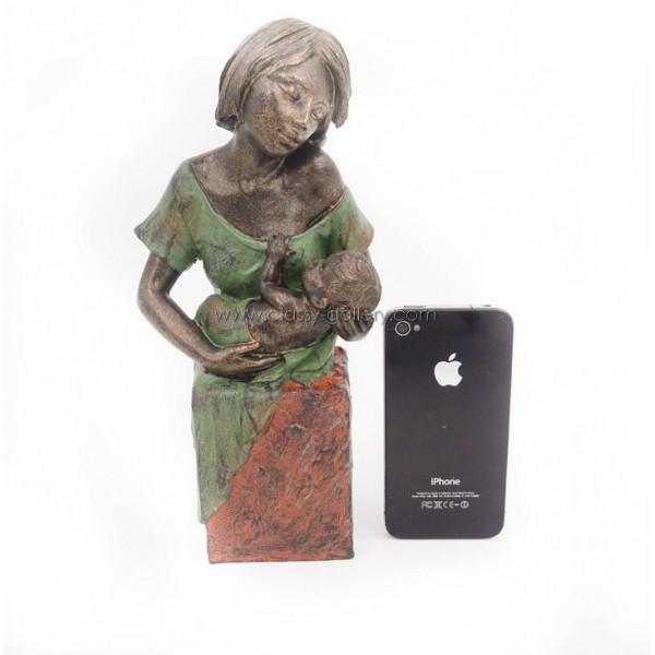 تمثال ام وطفل