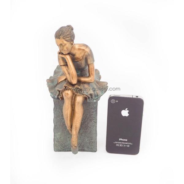 تمثال بشكل فتاة