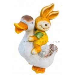 تمثال ارنب يمتطي بطة