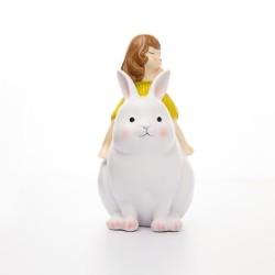 فتاة على ظهر قطة