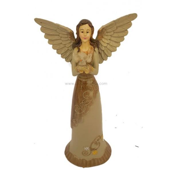 تمثال فتاة مجنحة مع حمامة