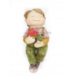 تمثال الولد حامل الورد