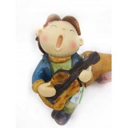 تمثال طفل عازف القيتار