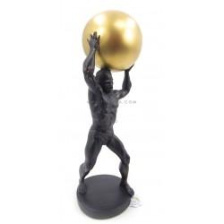 تحفة رجل يحمل الكرة الذهبية