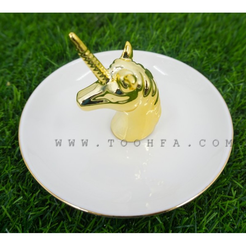 صحن خزفي مزين بحصان ذهبي