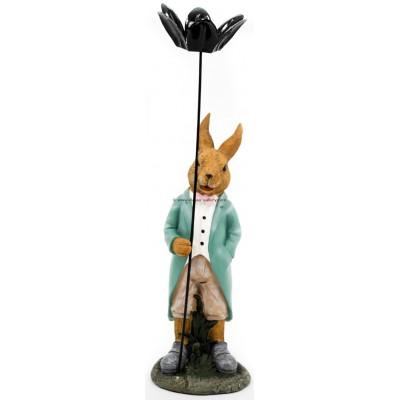 أرنب يحمل وردة معدنية