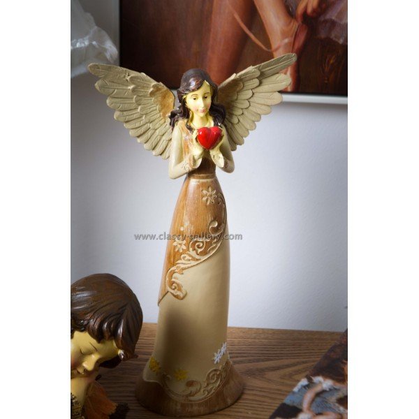 تمثال فتاة مجنحة بقلب